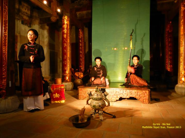"""Ca trù Thăng Long ở đình Hàng Buồm, Hà Nội.  (MC: Xuân Dương, 12 tuổi).  Le chant traditionel """"ca tru"""" dans le temple Hang Buom, Hanoi (MC: Xuân Dương, 12 ans) . Photo: MTT Ha Noi 2013"""