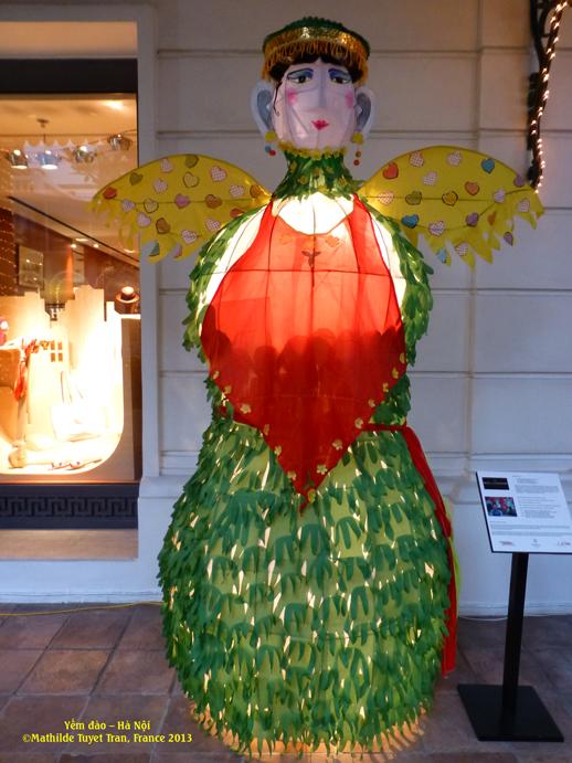 """Le corsage traditionel des femmes du Nord VietNam en """"rouge"""" , figure représente """"Maman Noël""""."""