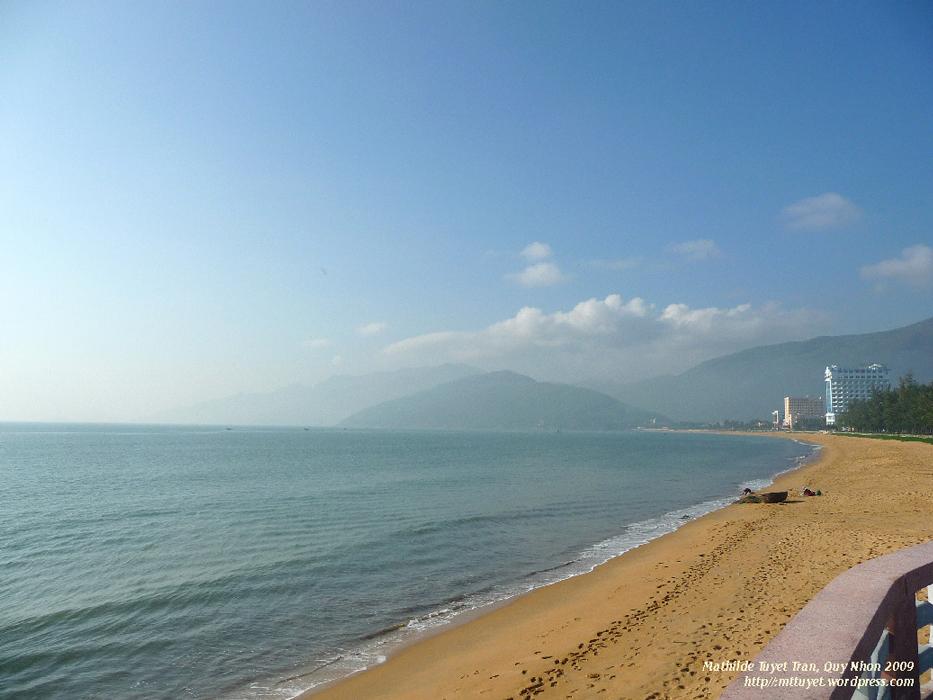 La baie de Quy Nhon avec la plage bien abritée au sable jaune. Un endroit calme pour se reposer. Photo: MTT 2009