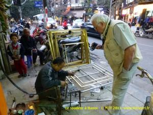 Bác Thủy, thợ hàn ở Hàng Gà, Hà Nội. Photo: MTT 2014