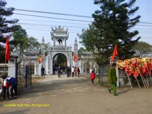 Cổng tam quan mới kiến tạo của đền thờ Tổ dòng họ Vũ/Võ. Photo: MTT Mộ Trạch 2014