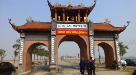 Cổng làng Mộ Trạch mới kiến tạo dẫn ra con đường tiến sĩ trước mặt. Photo: MTT 2014
