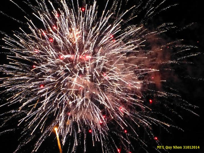 Hơn 20 phút pháo hoa mừng Tết Giáp Ngọ 2014 – Plus de 20 minutes de feu d'artifice pour accueillir l'année du Cheval 2014 – Photo: MTT 2014
