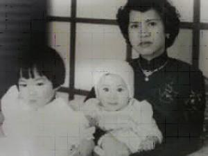 Bà Lê Phi Ánh và hai con, Phương Minh và Bảo Ân. Ảnh: gia đình Bảo Ân