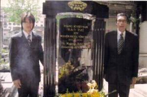 Ông Bảo Ân và con trai bên mộ vua Bảo Đại đã xây xong bằng đá cẩm thạch đen. Ảnh: gia đình Bảo Ân