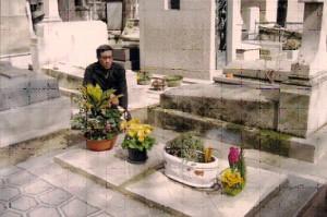 Ông Bảo Ân bên mộ vua Bảo Đại lúc chưa xây xong. Ảnh: gia đình Bảo Ân