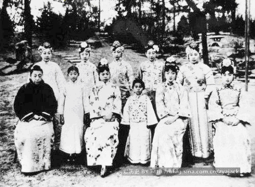 Văn Tú (thứ 3 từ trái) và Uyển Dung (thứ 5) cùng các em gái Phổ Nghi chụp ảnh ở Công Sứ quán Nhật ở Bắc Kinh năm 1924 - Ảnh do tác giả Nguyễn Phụng cung cấp