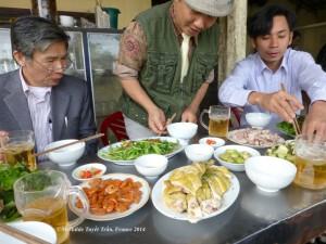 """Bữa cơm quán ăn """"xe tải"""" trên đường đi Thái Bình"""