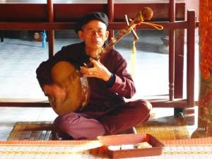 Nghệ nhân hát thờ ở đền Phạm Ngũ Lão