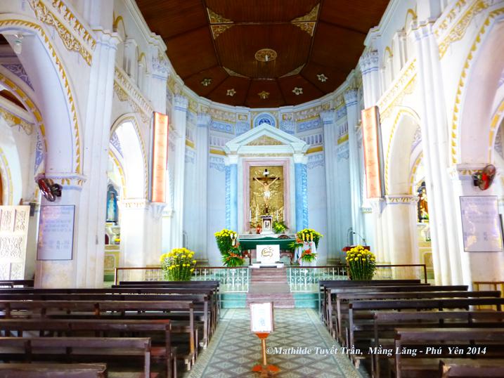 Nội thất nhà thờ Mằng Lăng Phú Yên, tuy nhỏ nhắn nhưng được bảo tồn, đẹp, sạch sẽ - Photo: MathildeTuyetTran 2013