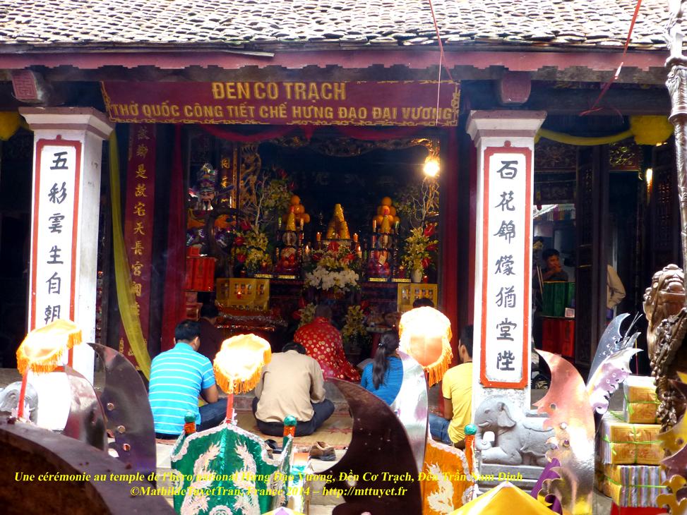 Une cérémonie au temple de l'héro national Hưng Đạo Vương, Đền Cơ Trạch, Đền Trần Nam Định Photo: ©MathildeTuyetTran, France 2014 – http://mttuyet.fr
