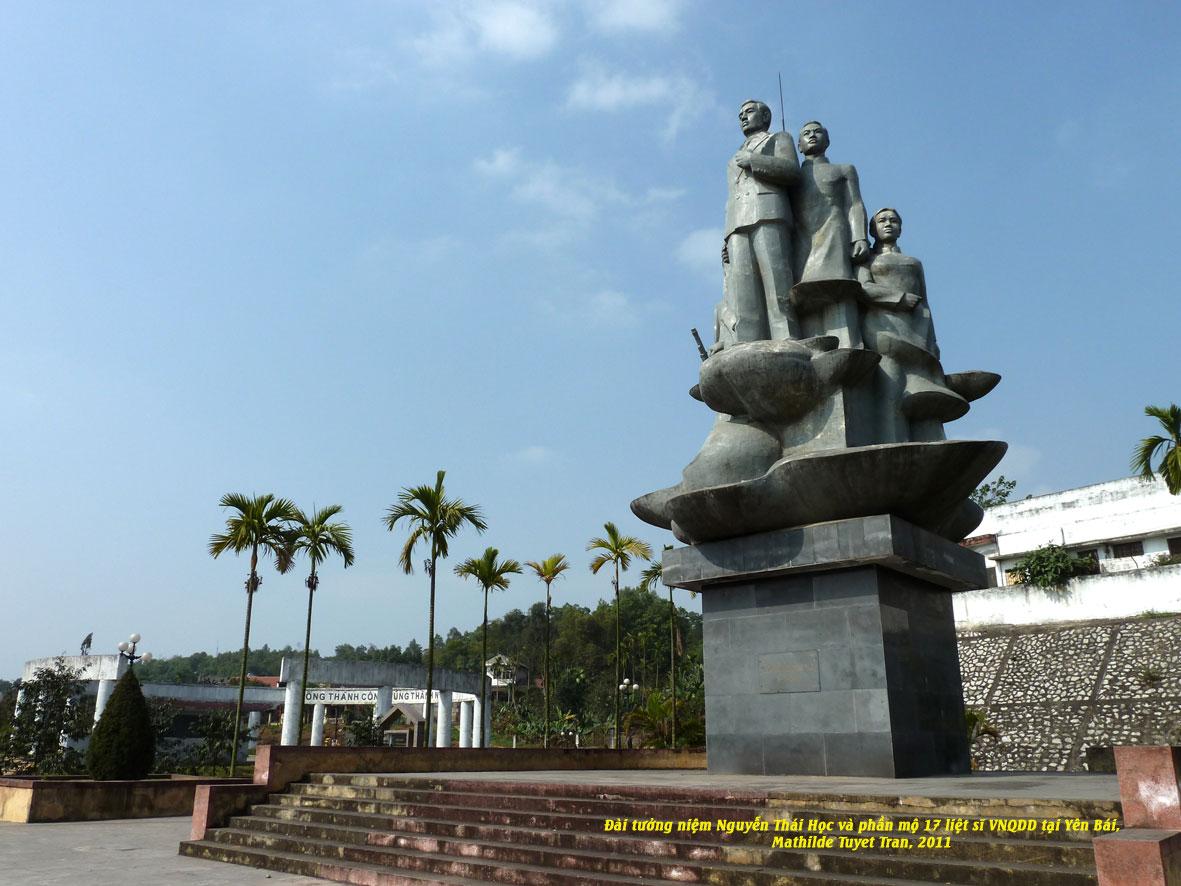 Bên trái của đài tưởng niệm là khu lăng mộ, nơi 17 chiến sĩ của Việt Nam Quốc Dân đảng lên máy chém năm 1930 tại Yên Bái. Photo: Mathilde Tuyết Trần, Yên Bái 2011