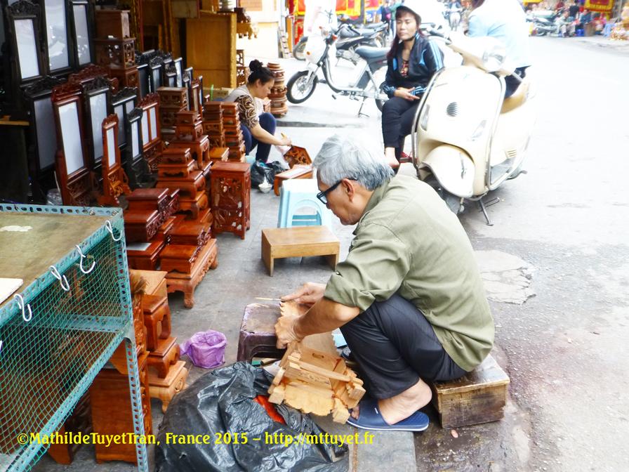 Les ébénistes dans la Rue des Éventails travaillent aussi par terre sur le trottoir, sans table et sans chaise. Photo: ©Mathilde Tuyet Tran, Hanoi 2015 – http://mttuyet.fr
