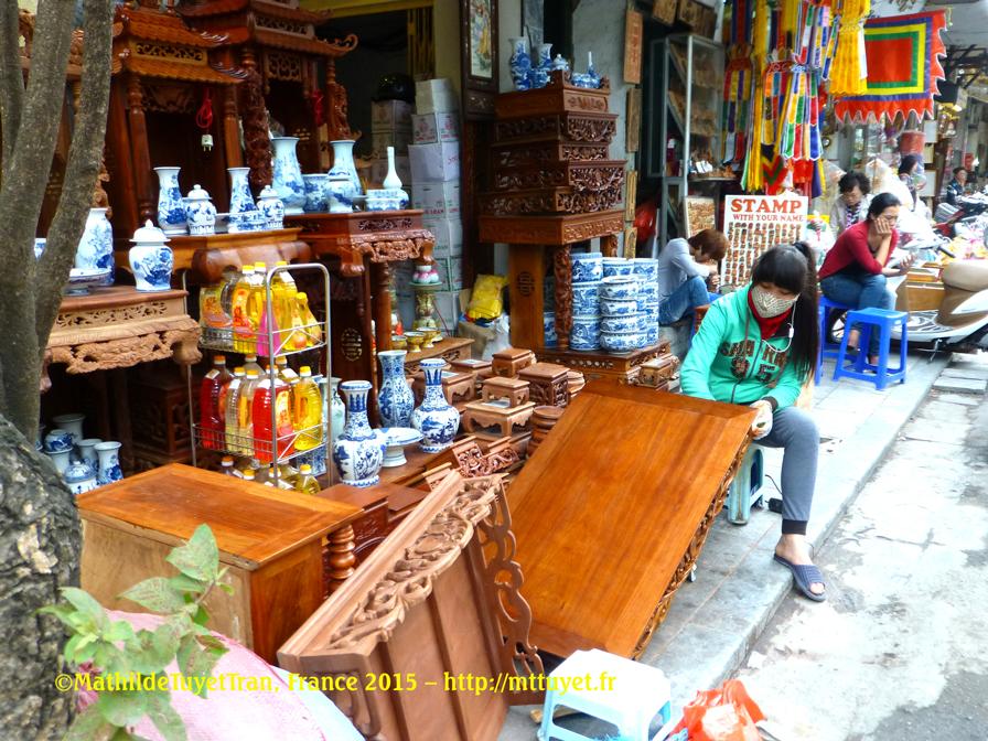 """Dans la Rue des Éventails (le vernissage des objets en bois sculpté minutieusement est un travail """"qui semble réservé"""" aux  jeunes femmes"""