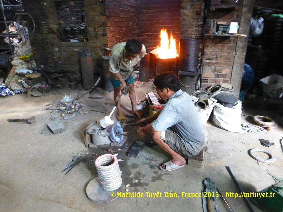 Les fondeurs de bronze travaillent aussi par terre, en chemisette et panta-court, sans aucune protection. Photo: ©MathildeTuyetTran, France 2015