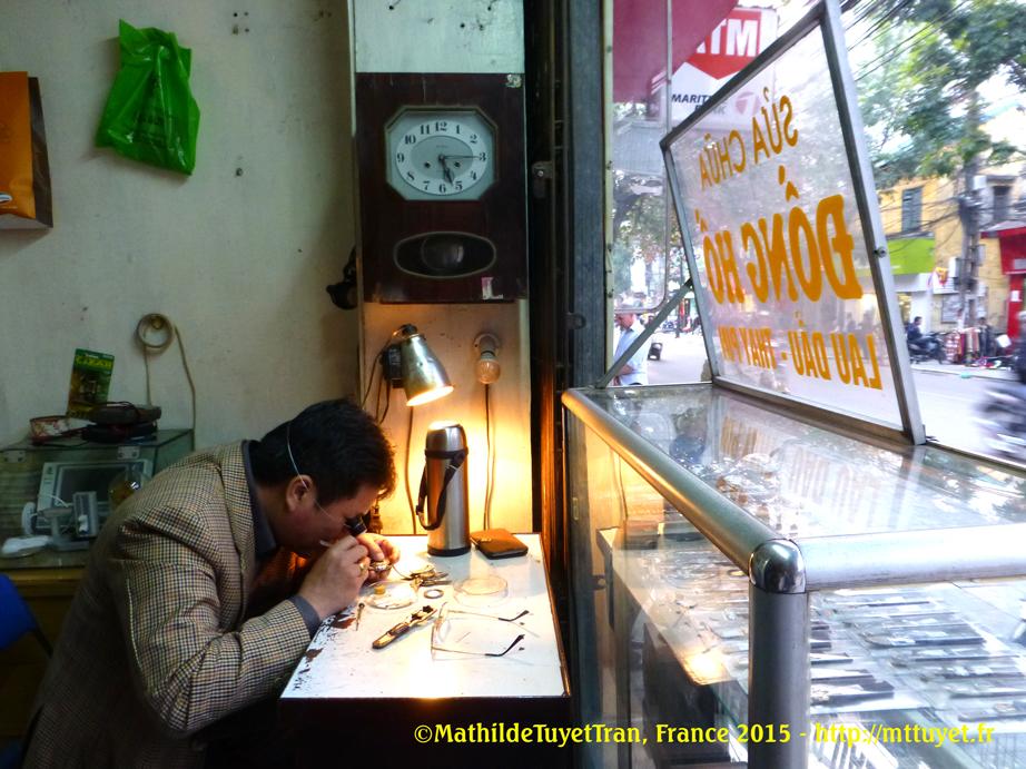 La boutique d'un horloger sur la Rue du Coton (Hàng Bông) mesure 1,2m x 1,2m, soit 1,44 m². Photo: ©Mathilde Tuyet Tran, Hanoi 2015
