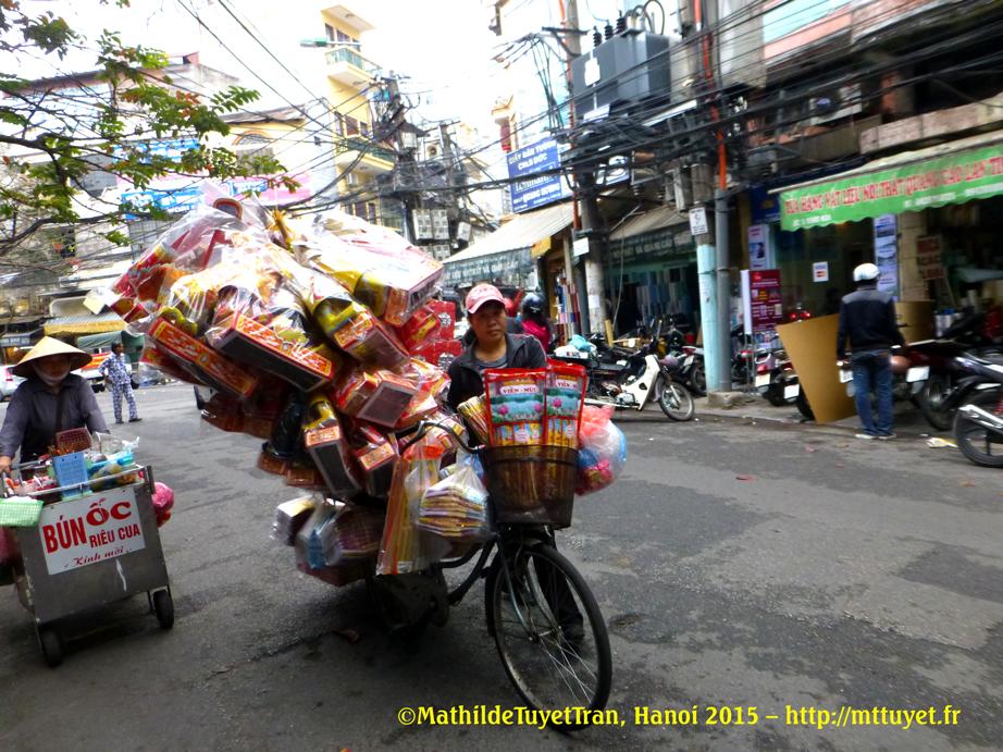 Vente saisonière: les habits des Génies du feu en vente pour la cérémonie du 23 décembre lunaire - Photo: ©MathildeTuyetTran, Hanoi 2015 – http://mttuyet.fr