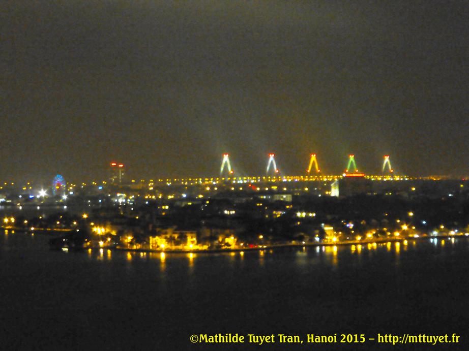 Les lumières du nouveau pont Nhật Tân, liant le nouveau terminal de l'aéroport Nội Bài au centre ville de Hanoi, vu d'un appartement deluxe à Hồ Tây (lac de lOuest) - ©Mathilde Tuyet Tran, Hanoi 2015 – http://mttuyet.fr