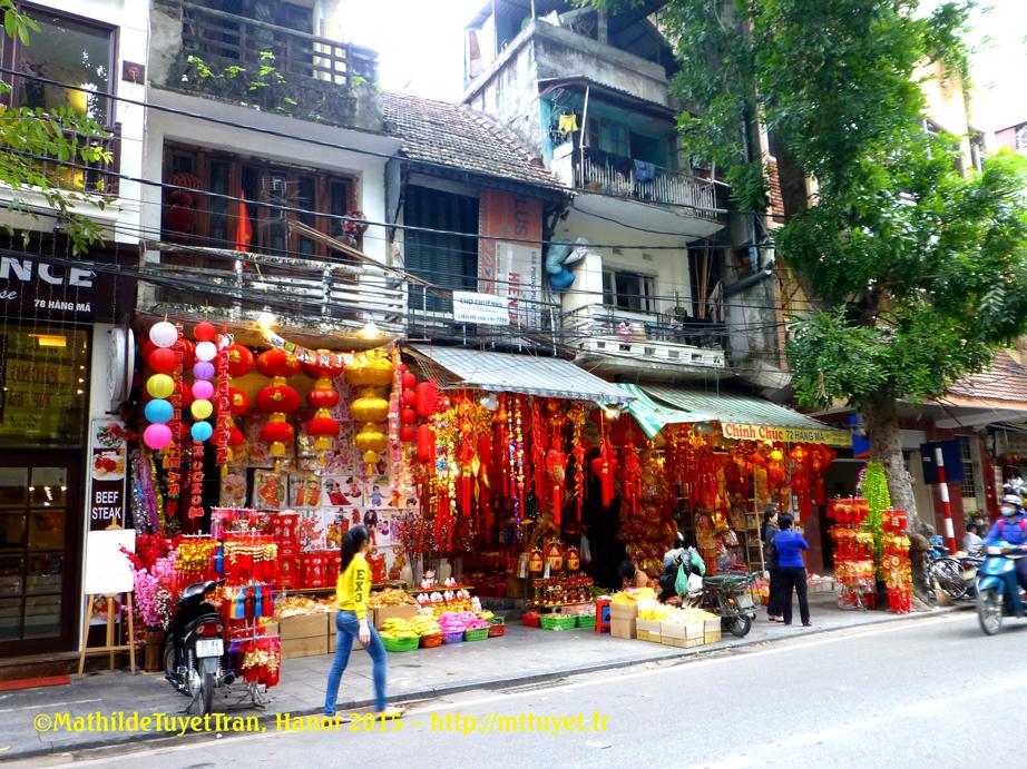 Hàng Mã (Rue du Papier), rayon des objets en papier, offrandes de cultes - Photo:MathildeTuyetTran, Hanoi 2015