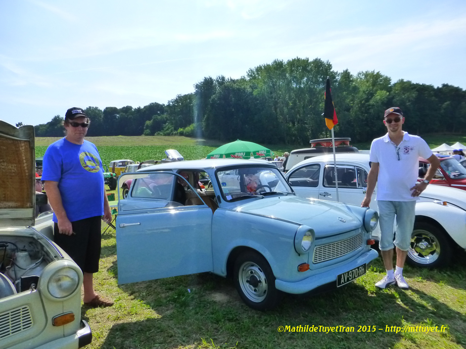 Hai người chủ nhân hãnh diện về chiếc xe Trabi thân quý của mình, đem tận DDR về Pháp