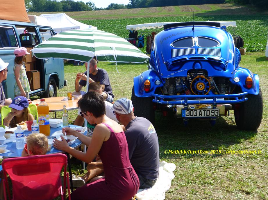 Thú vui ăn pique-nique bên cạnh chiếc xe con bọ yêu quý