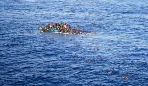 Tàu của người di tản chìm trên biển Địa Trung Hải vào ngày 12-04-2015. Những người may mắn đã được một chiếc tàu chở hàng của công ty hàng hải Opielok Offshore Carriers cứu nạn, công ty này đã cứu hơn 1.500 người mắc nạn trên biển từ tháng 12-2014. Photo: Opielok Offshore Carriers/dpa