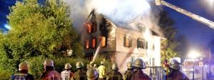 Một ngôi nhà 3 tầng đùng làm chỗ tạm trú cho người di tản tại Weissach im Tal thuộc tiểu bang  Baden-Württemberg bị châm lửa đốt ngày 24-08-2015 - Photo: dpa-Bildfunk
