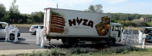 Chiêc xe tải 7, 5 tấn chở thịt gà đông lạnh chứa đầy xác người di tản được bỏ đậu trên xe lộ A4 cách thủ đô Wien (Áo) khoảng 50 cây số về phía Nam, Photo: dpa-Bildfunk