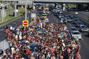 Ngày 04-09-2015 hơn 2000 người di tản, sau nhiều ngày chờ đợi ở nhà ga Budapest, đã lên đường đi bộ, ra xa lộ về hướng biên giới nước Áo. Liên minh châu Âu đưa ra một con số phỏng đoán là 150.000 người di tản hiện đã vào châu Âu. Photo: AP
