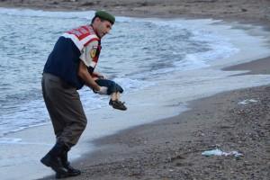 Tấm ảnh một cậu bé 3 tuổi, tên là Aylan Kurdi, chết đuối, xác tấp vào bãi biển Thổ Nhĩ Kỳ, đã làm nổi sóng trên cộng đồng mạng vào ngày 02-09-2015. Mẹ, và anh trai cũng chết trên biển, chỉ có người cha sống sót.