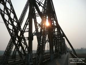 Trời chiều trên cầu Long Biên. Photo: MTT