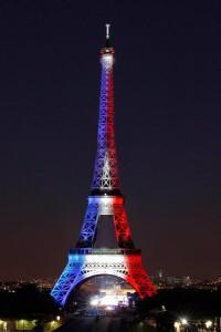 Tháp Eiffel mang mầu cờ Pháp trong ngày lễ quốc khánh 14-07-2015: Photo: Thierry Chesnot/Getty Images)