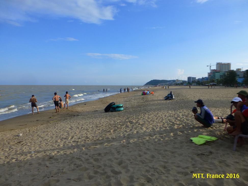 Bãi biển Sầm Sơn chiều cuối hè. Photo: MTT